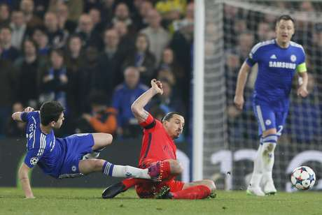 Ibrahimovic deu carrinho e acertou a perna de Oscar Foto: Stefan Wermuth Livepic / Reuters