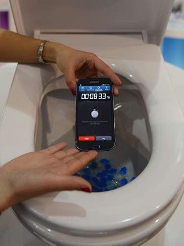 A película para proteger celulares foi demonstrada perto de uma privada no MWC 2013, que se realiza em Barcelona. O material, chamado de P2i, mantém os respingos afastados do smartphone