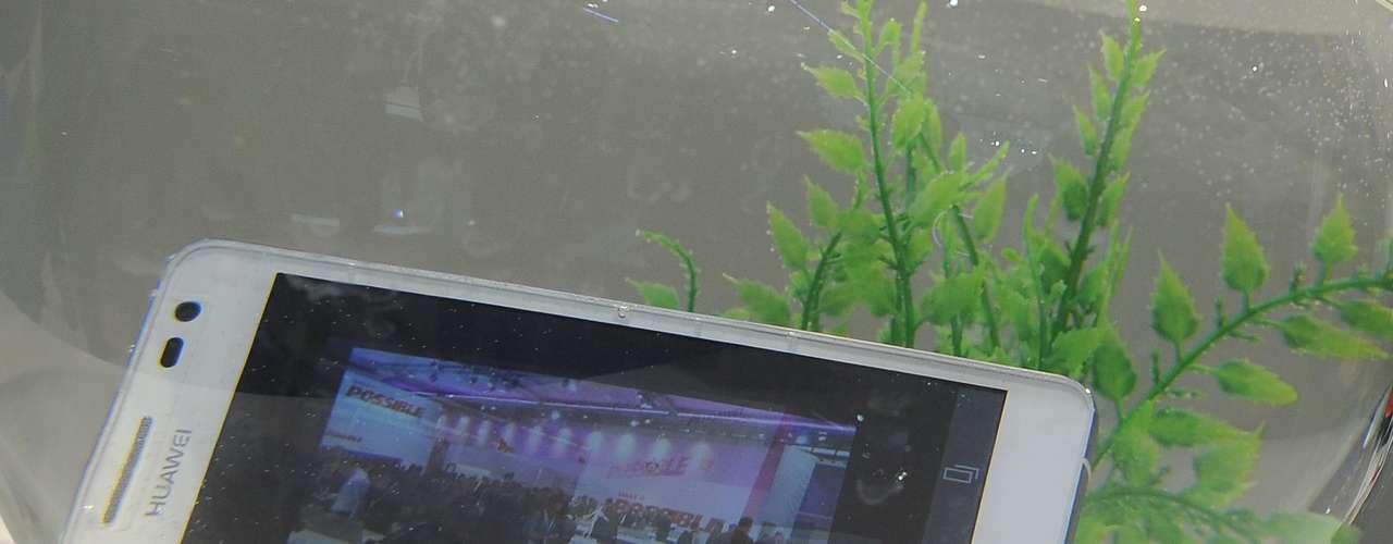 Huawei mostra seu smartphone resistente à água Ascend D2 dentro de um aquário na feira em Barcelona