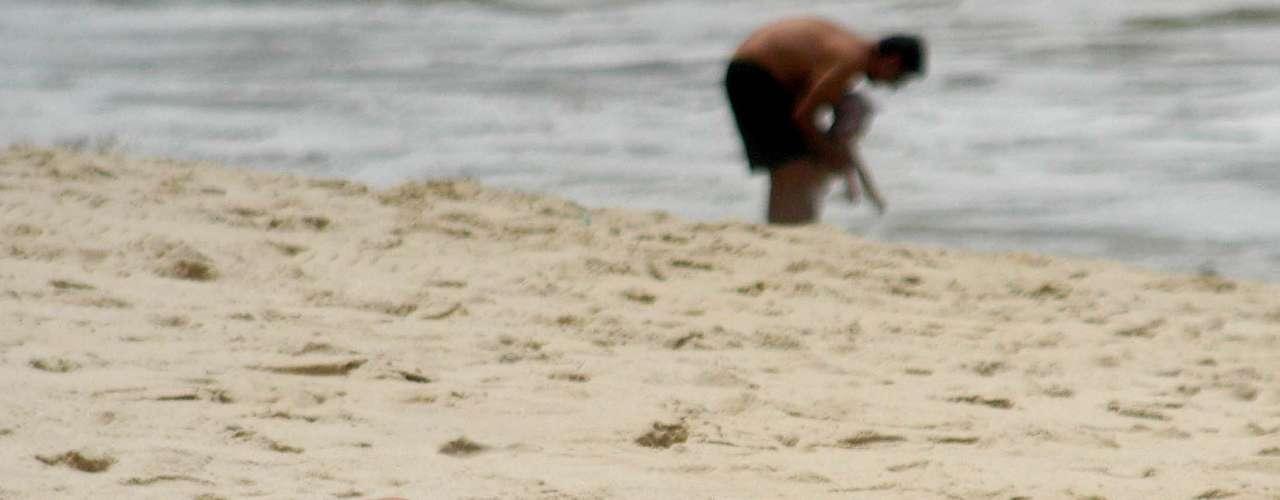 19 de dezembro - Apesar do tempo encoberto no Rio, calor de 27ºC levou banhistas à praia de Ipanema
