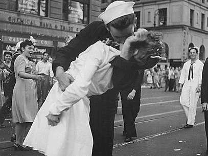 A foto de Glenn McDuffiebeijando uma enfermeirana Times Square simbolizou o fim da Seunda Guerra Mundial Foto: Reuters