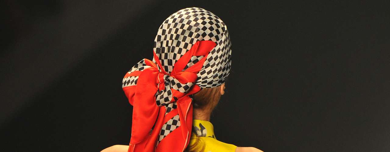 Em alguns looks, o penteado recebeu um lenço que cobria toda a cabeça e era finalizado em um laço