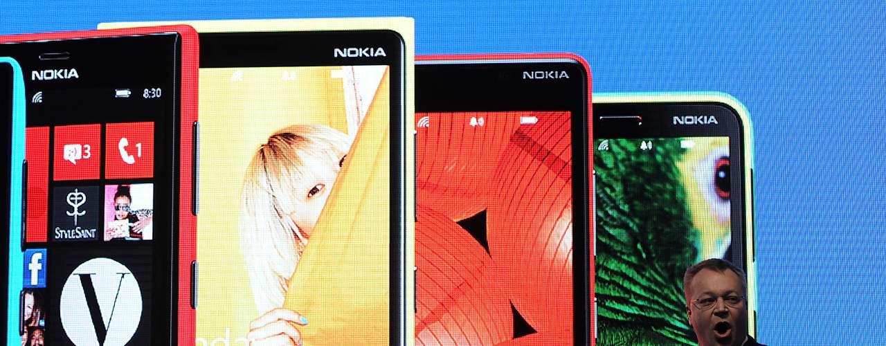 O CEO da Nokia, Stephen Elop, mostrou novos celulares que incluem uma nova linha de smartphones Lumia, com Windows Phone 8, e uma família de celulares básicos, que inclui o Nokia 105, com preço sugerido de 15 euros