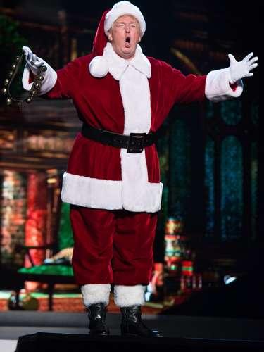 O empresário Donaldo Trump abriu o concurso de Miss Universo 2012 vestido de Papai Noel
