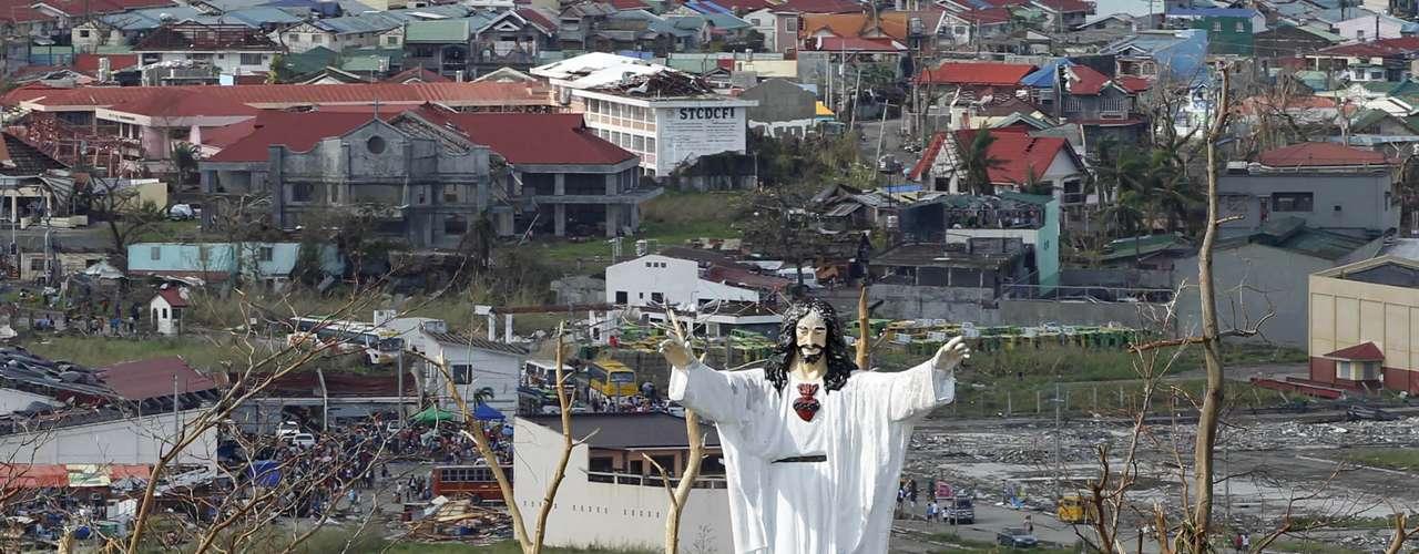 13de novembro - Estátua de Jesus se manteve intacta em meio a destruição na cidade de Tanawan