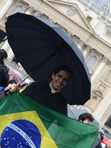 13 de março - Padre brasileiro segura bandeira do País na Praça São Pedro, na Cidade do Vaticano