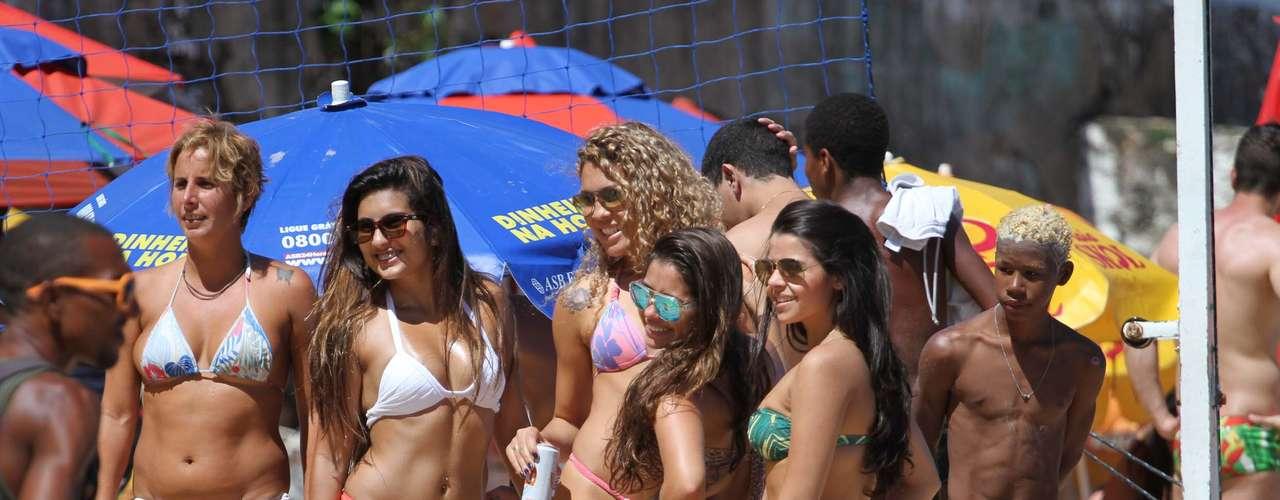 2 de agosto - Banhistas e turistas aproveitam o calor abafado nesta sexta-feira, na praia do Porto da Barra, em Salvador, onde a temperatura chegou a28ºC