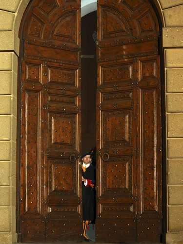 Guarda Suíça fecha os portões da residência de Castel Gandolfo, encerrando a formalidade do fim do Pontificado de Bento XVI