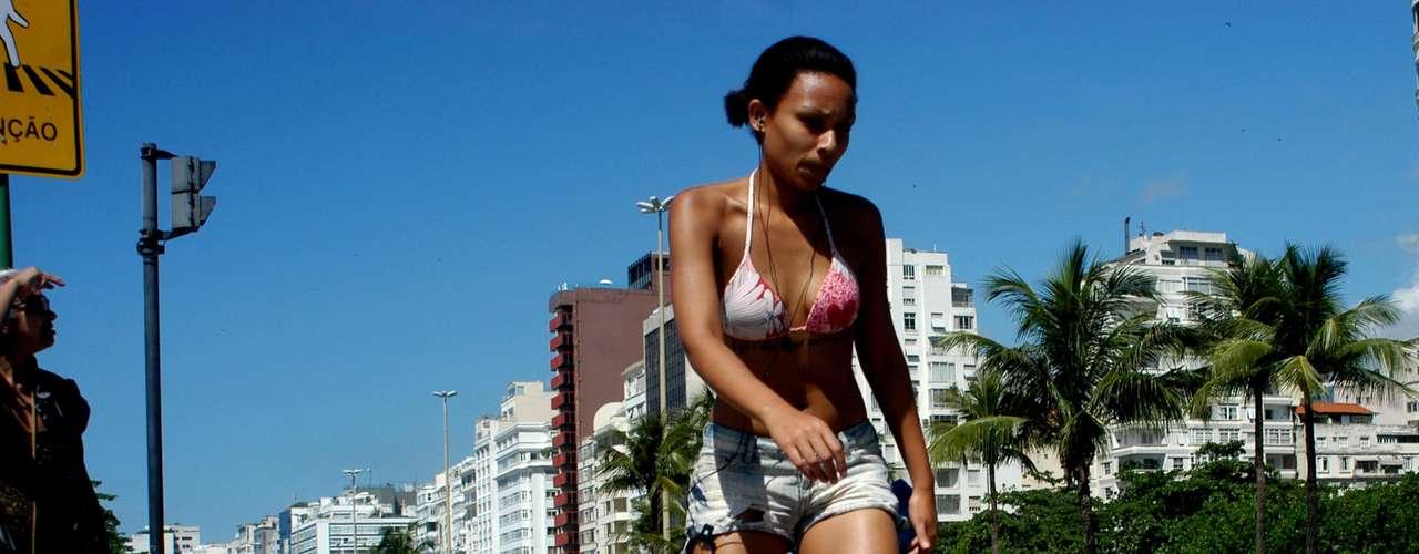 14 de dezembro - Com sol forte, banhistas tomam os espaços da praia de Copacabana, no Rio, onde a temperatura chegou a 31ºC