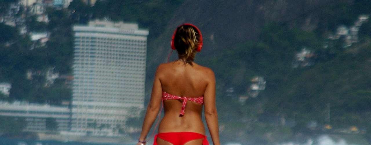 26 de setembro - Mesmo com o mar agitado, banhista aproveita para passear na praia de Copacabana, no Rio de Janeiro