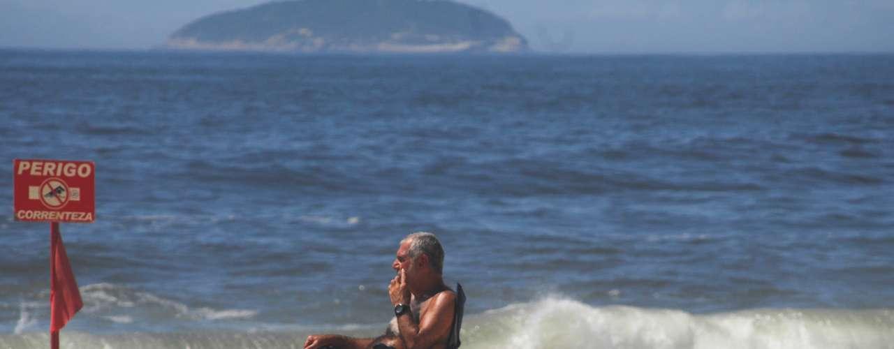 9 de novembro - Rio tem sábado de calor, umidade e muito sol, que leva banhistas às praias, como a de Copacabana, apesar do mar agitado