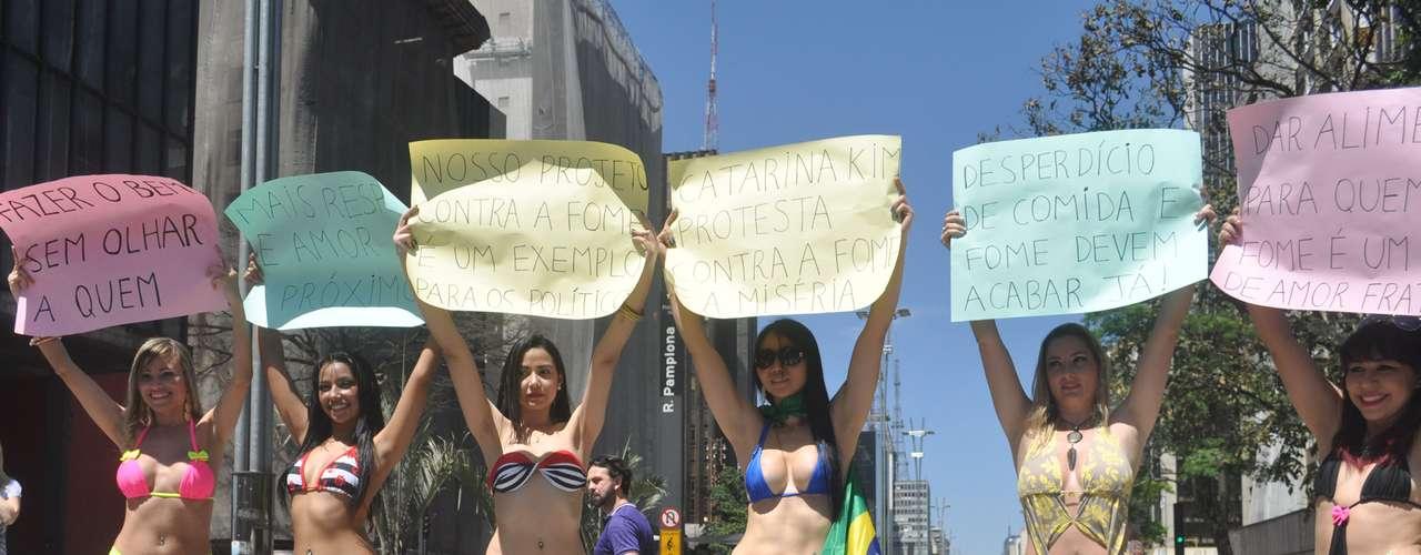 21 de setembro - Garotas de biquini fazem novo protesto genérico em São Paulo. Elas se trocaram no vão livre do Masp e saíram desfilando pelas da capital