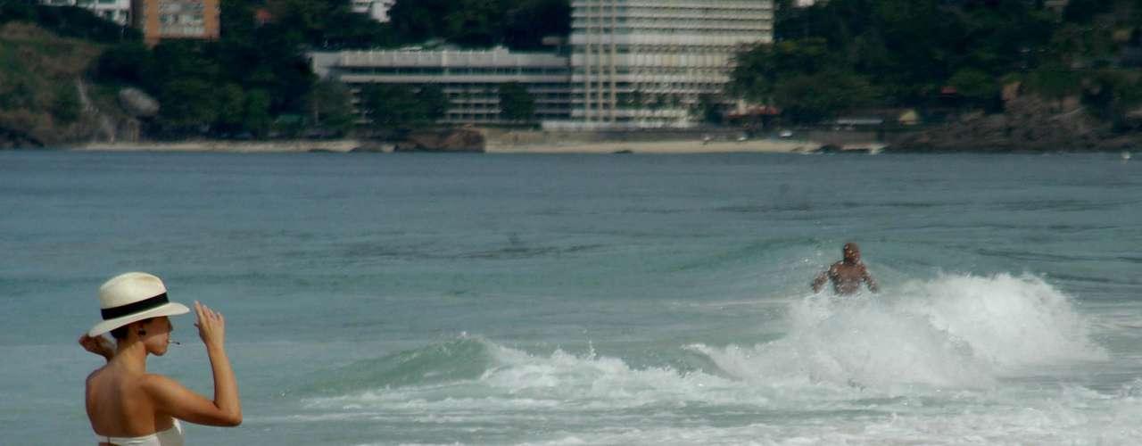 9 de agosto - Mulher aproveita dia de calor para se refrescar no mar em Ipanema, no Rio