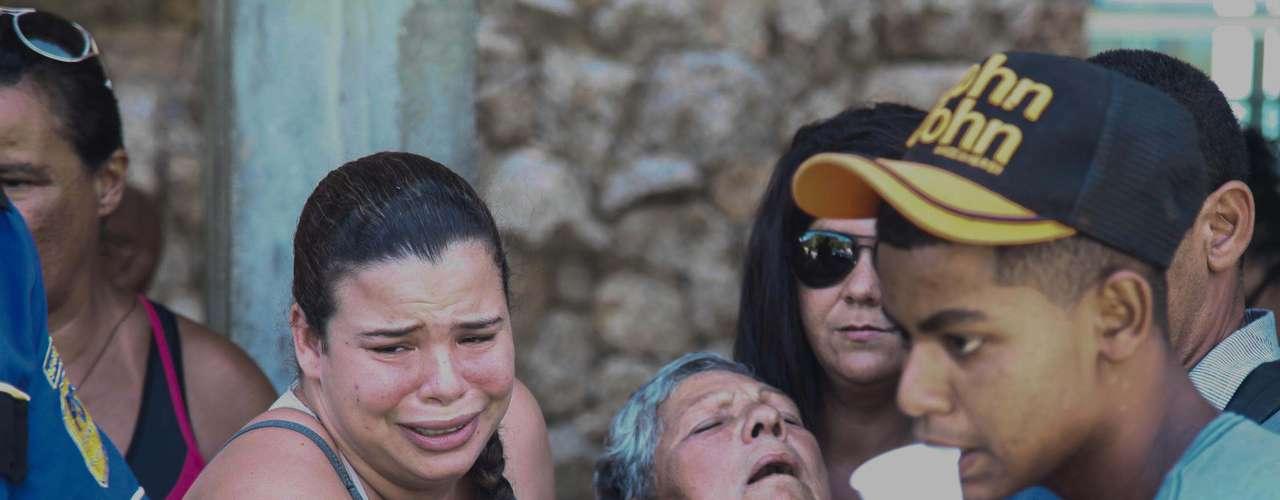 30 de janeiro - A mulhera de Luiz Carlos Guimarães, 70 anos, quinta vítima do acidente que derrubou uma passarela na Linha Amarela, passa mal durante o velório, no Cemitério Parque da Colina, em Niterói