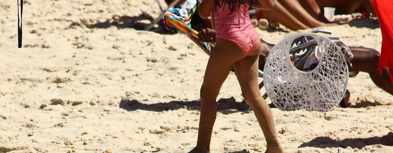 16 de setembro - Banhista se bronzeia nas areias da praia de Ipanema, no Rio
