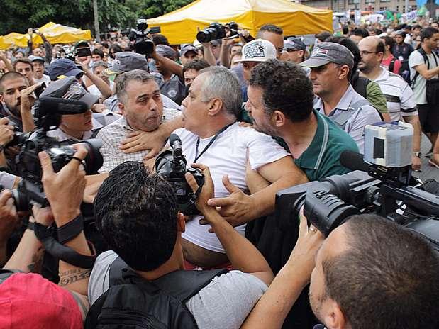 "Manifestante foi cercado e chamado de ""comunista"" e ""petista"" durante o evento Foto: Renato Mendes / Futura Press"