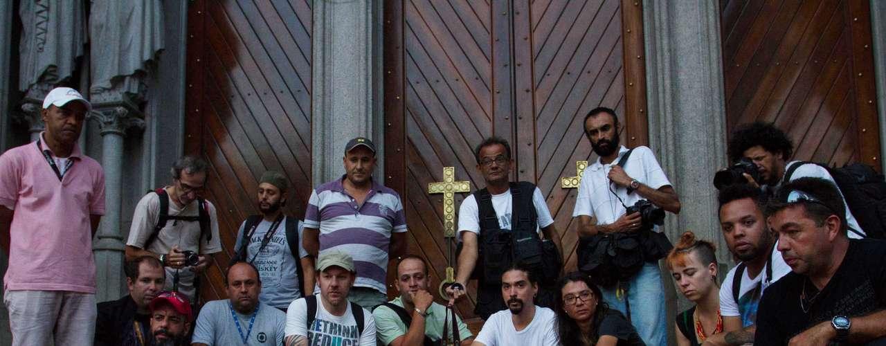 12 de fevereiro - Repórteres fotográficos e cinematográficos de São Paulo também realizaram homenagem ao cinegrafista Santiago Andrade, da TV Bandeirantes, morto durante um protesto no centro do Rio de Janeiro na última quinta-feira