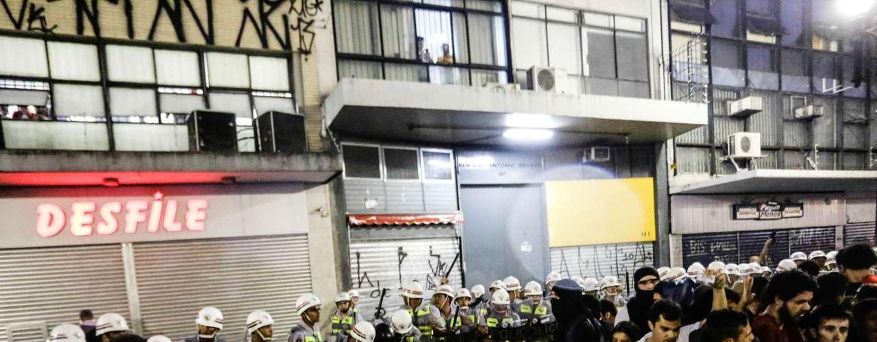 22 de fevereiro - Policiais militares cercam e isolam manifestantes detidos durante o protesto em São Paulo