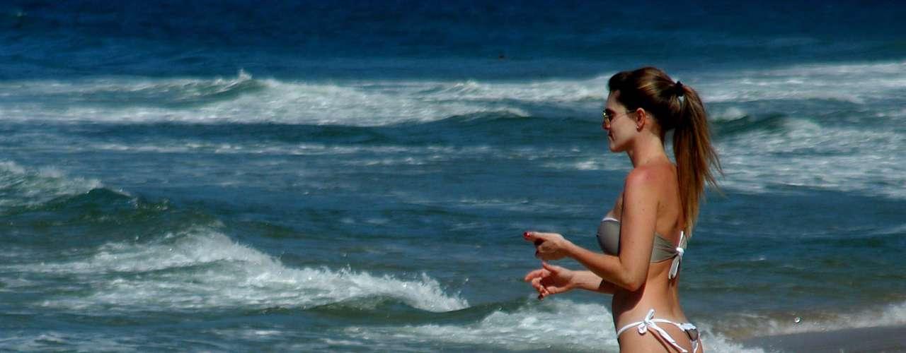 10 de outubro - Jovem observa o mar da praia de Ipanema, no Rio de Janeiro. O calor de 23°C levou vários banhistas às praias cariocas nesta quinta-feira. O calor deve chegar aos 26°C na capital fluminense hoje