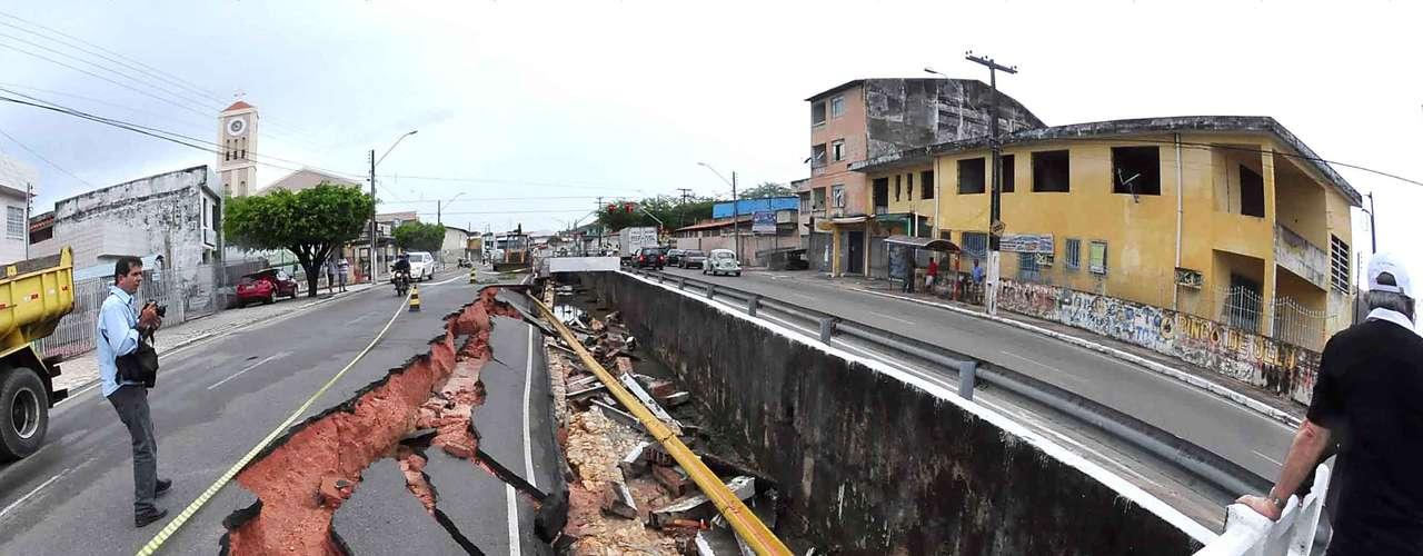 4 de novembro - Trecho da avenida Gentil Tavares, zona norte de Aracaju, cedeu nesta segunda-feira após forte chuva. Áreas de alagamento se formaram próximo à avenida, atrapalhando o trânsito no local