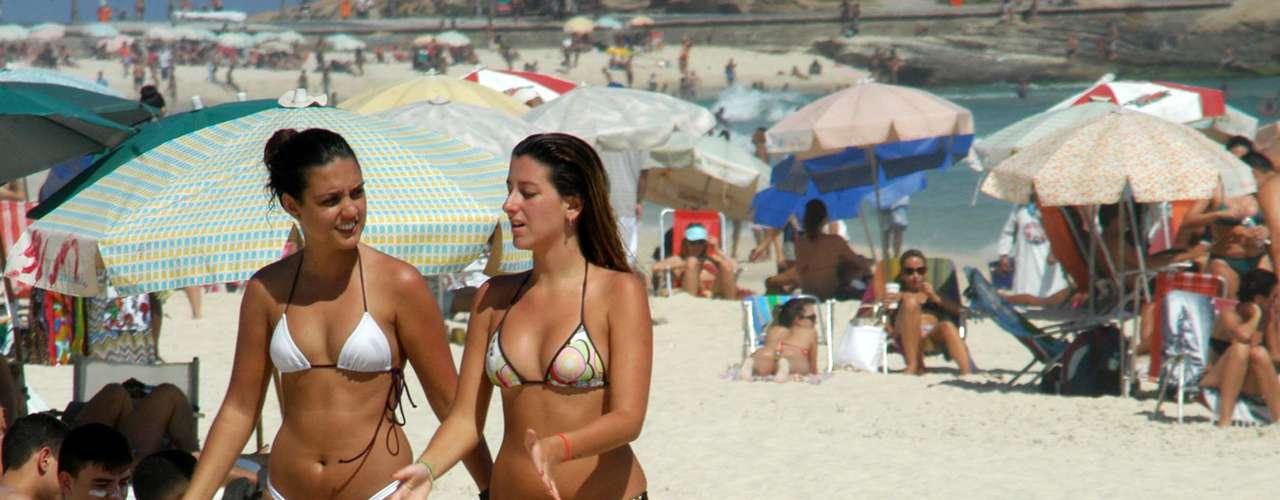 11 de novembro -  Em dia de sol, banhistas e turistas lotam a praia de Ipanema, no Rio de Janeiro (RJ). Segundo o Alerta Rio, o bairro de São Cristóvão registrou máxima de 38,4°C às 16h15,com sensação térmica de 43°C