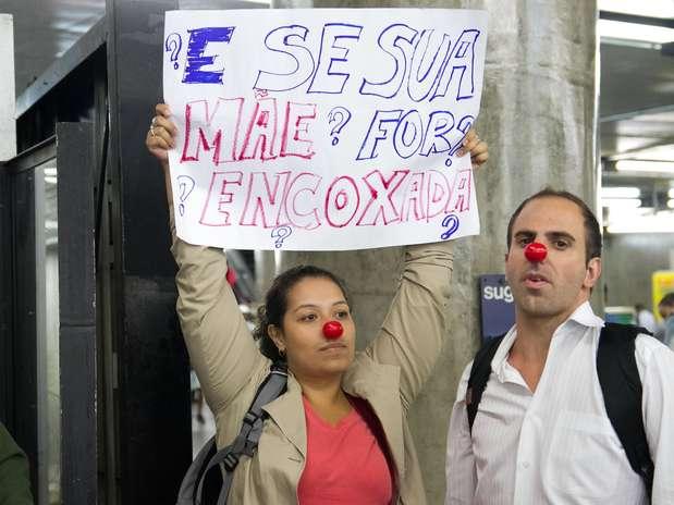 Passageira segura cartaz protestando contra abusos a mulheres nos trens do Metrô de São Paulo Foto: Dario Oliveira / Futura Press