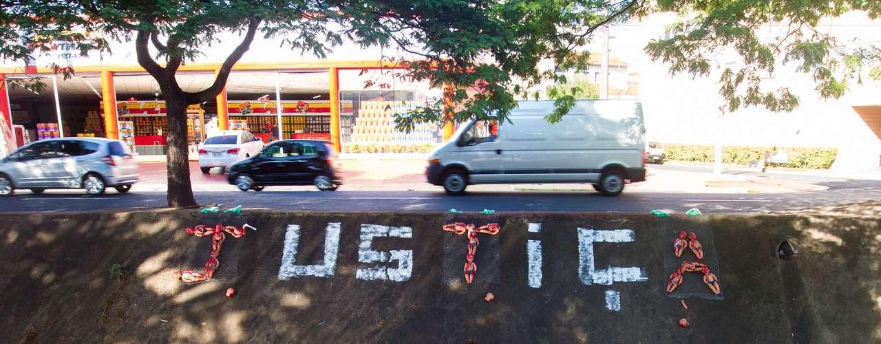 14 de novembro -Córrego Retiro Saudoso amanhece com a palavra 'Justiça'escrita à tinta e com bonecos de crianças pintadas de vermelho, representando sangue, na avenida Francisco Junqueira, em Ribeirão Preto (SP), nesta quinta-feira