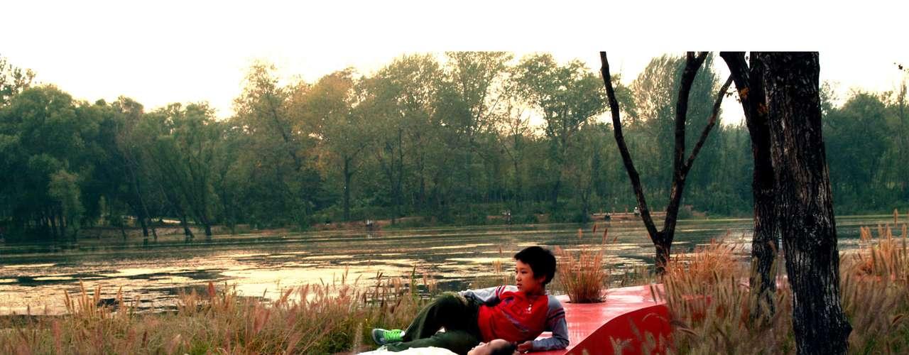 The Red Ribbon  (China): é uma espécie de banco escarlate sinuoso, de  meio quilômetro, que passa pelo Tanghe River Park, um espaço recuperado na cidade chinesa de Qinhuangdao. Quatro pavilhões estão espalhadas ao longo de seu comprimento, onde é possível descansar à sombra e contemplar a paisagem. Mas a fita vermelha é mais do que um lugar para se sentar: é também estrutura para crianças fazerem escalada e um caminho de passeio. O local é ainda mais espetacular à noite, quando a faixa fica toda iluminada