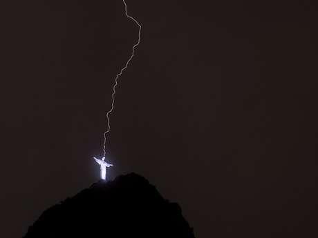 Um dos raios atinge a cabeça do Cristo Redentor Foto: Mauro Pimentel / Terra