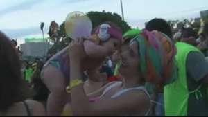 """Bebê """"folião"""" vira atração no Carnaval carioca; veja Video:"""