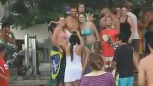 Cauã Reymond sai para surfar e é cercado por fãs Video: