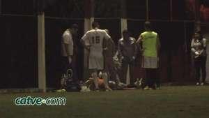 Homem bate cabeça em poste durante jogo de bola Video: