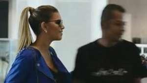 Mariana Rios surge loira e é tietada por fãs em aeroporto Video: