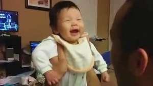 Pais registram primeira risada de bebê e vídeo bomba na web Video: