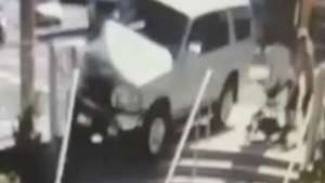 Mãe age rápido e salva bebê de atropelamento Video: