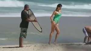 Isabeli Fontana faz ensaio de maiô em praia carioca Video: