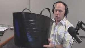 Locutor tem reação 'estranha' ao cumprir desafio do balde de gelo ao vivo Video: