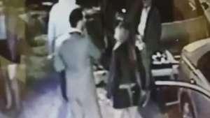Mulher sofre traumatismo após cotovelada de homem Video: