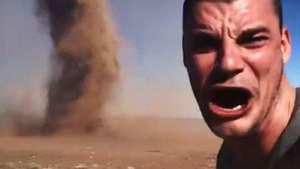 Australiano faz selfie ao lado de tornado e gera polêmica Video: