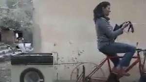 Mulher lava roupa e anda de bike em engenhoca adaptada Video: