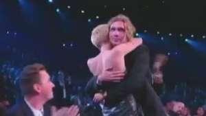 """Miley Cyrus leva prêmio de melhor do ano por """"Wrecking Ball""""  Video:"""