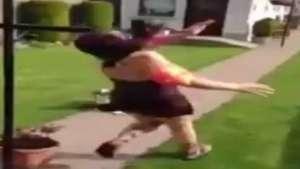 Garota bate com o rosto em poste depois de desafio do balde Video: