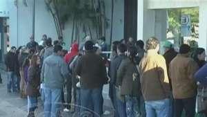 Mesmo com frio, fila é longa na agência da Caixa Video: