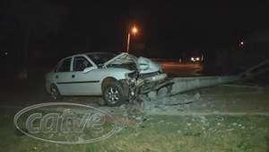 Vectra bate em poste e ocupantes abandonam o veículo no Cascavel Velho Video: