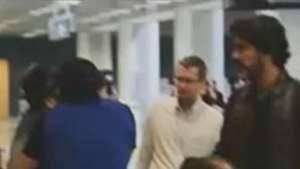 Namorado de Xuxa bate papo com Sérgio Mallandro em aeroporto Video: