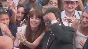 Al Pacino ajeita o cabelo para fazer selfie com fã Video: