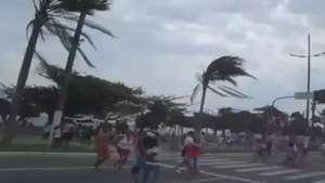 Morador registra correria durante ventania em Santos Video: