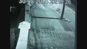 Imagens mostram ciclista batendo em poste e morre Video: