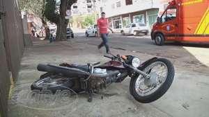 Corolla atinge motociclista na rua Rio Grande do Sul Video: