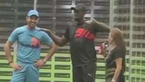 Bolt se arrisca no críquete sob olhares de multidão na Índia Video: